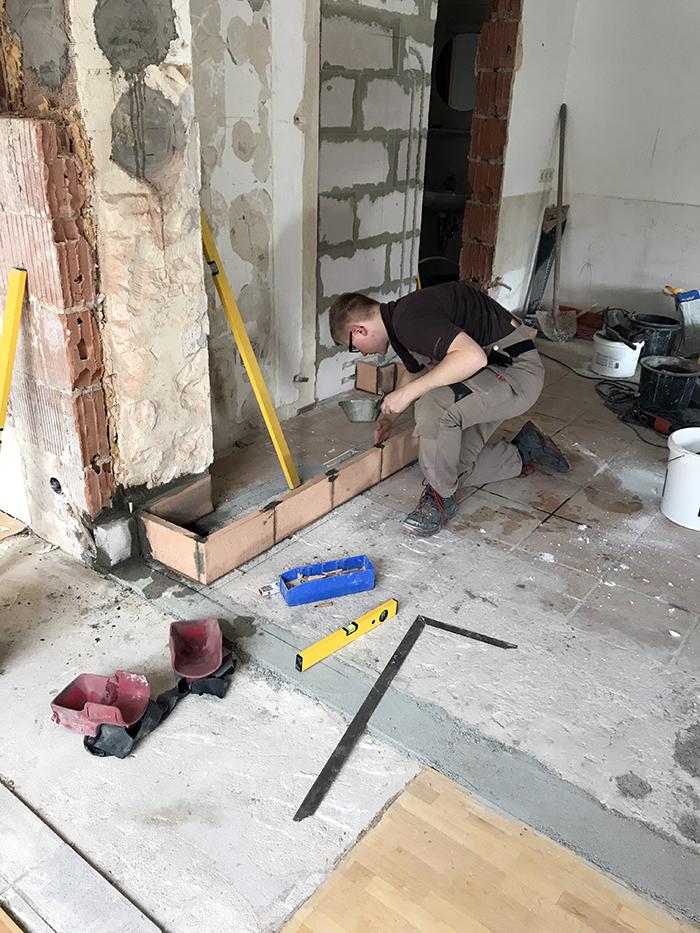 Sebastian Gehring beim Bau des Kachelofens